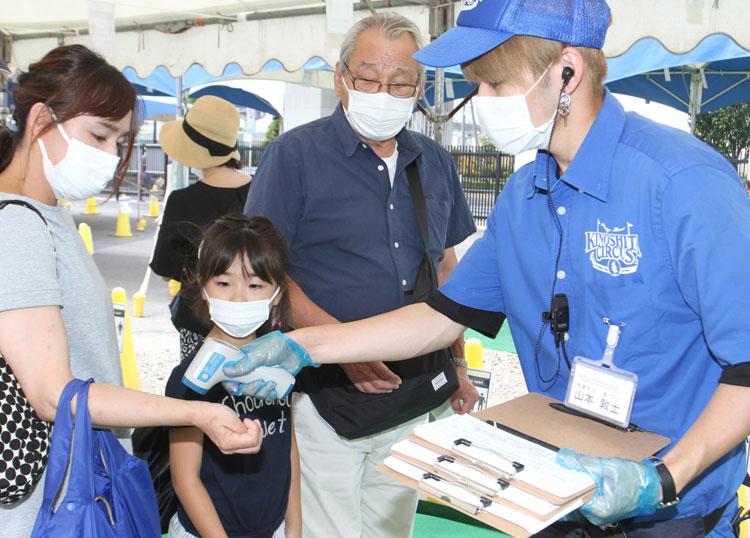 感染防止対策として、入場者に検温などの協力を呼び掛けている=東京・立川